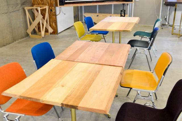 木の小型テーブル